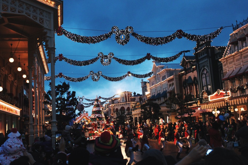 the-nat-channel-france-paris-disneyland-parade-christmas