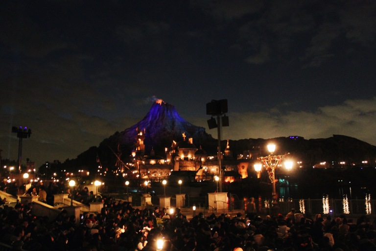 the-nat-channel-japan-tokyo-disneysea-maihama-night-volcano