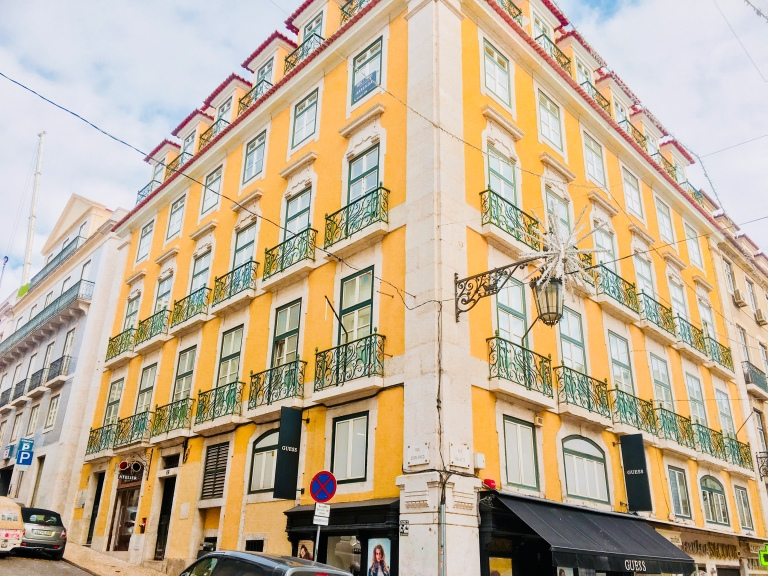 the-nat-channel-natventures-portugal-lisbon-colourful-neighourhood-yellow-walls.jpg