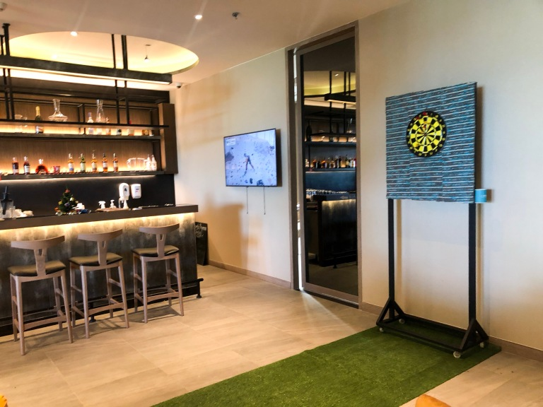 the-nat-channel-natventures-thailand-khao-lak-le-meridien-resort-sports-bar-darts