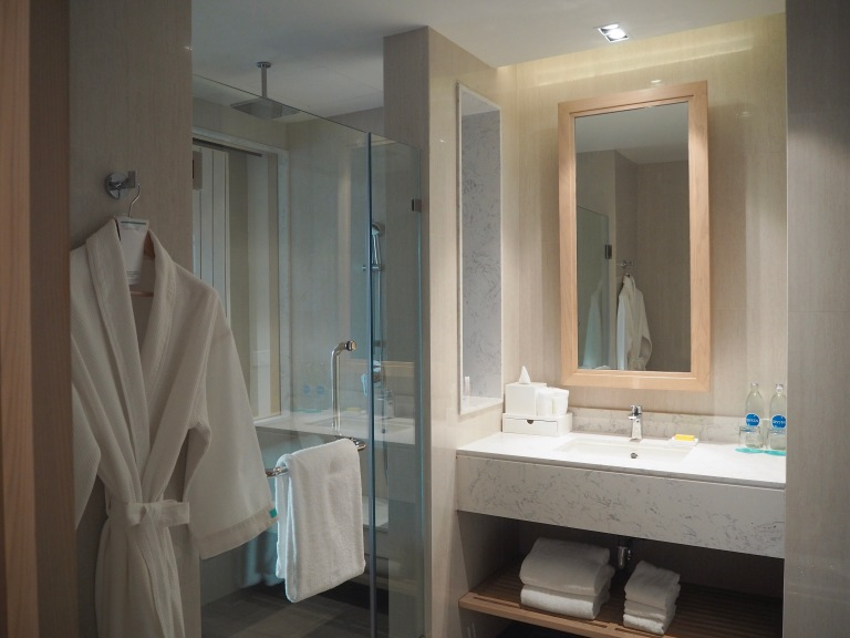 the-nat-channel-natventures-thailand-khao-lak-le-meridien-resort-superior-room-bathroom.JPG